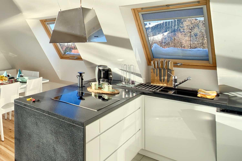 Wyposażony w nowoczesne sprzęty AGD aneks kuchenny w apartamencie
