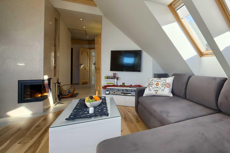 sofa-i-telewizor-w-apartamencie-z-kominkiem1
